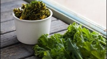 kale chips and fresh kale - Healthy Vegetable