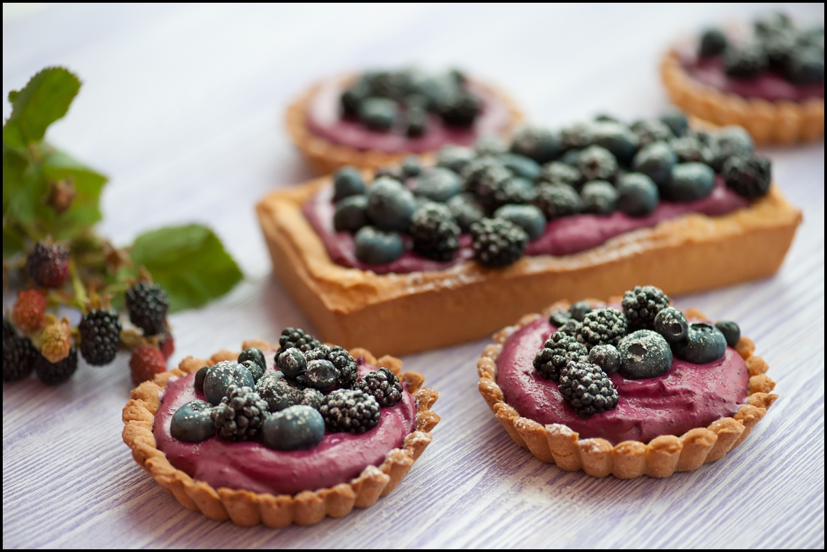 Delicious fruit tart made with blackberries and blueberries