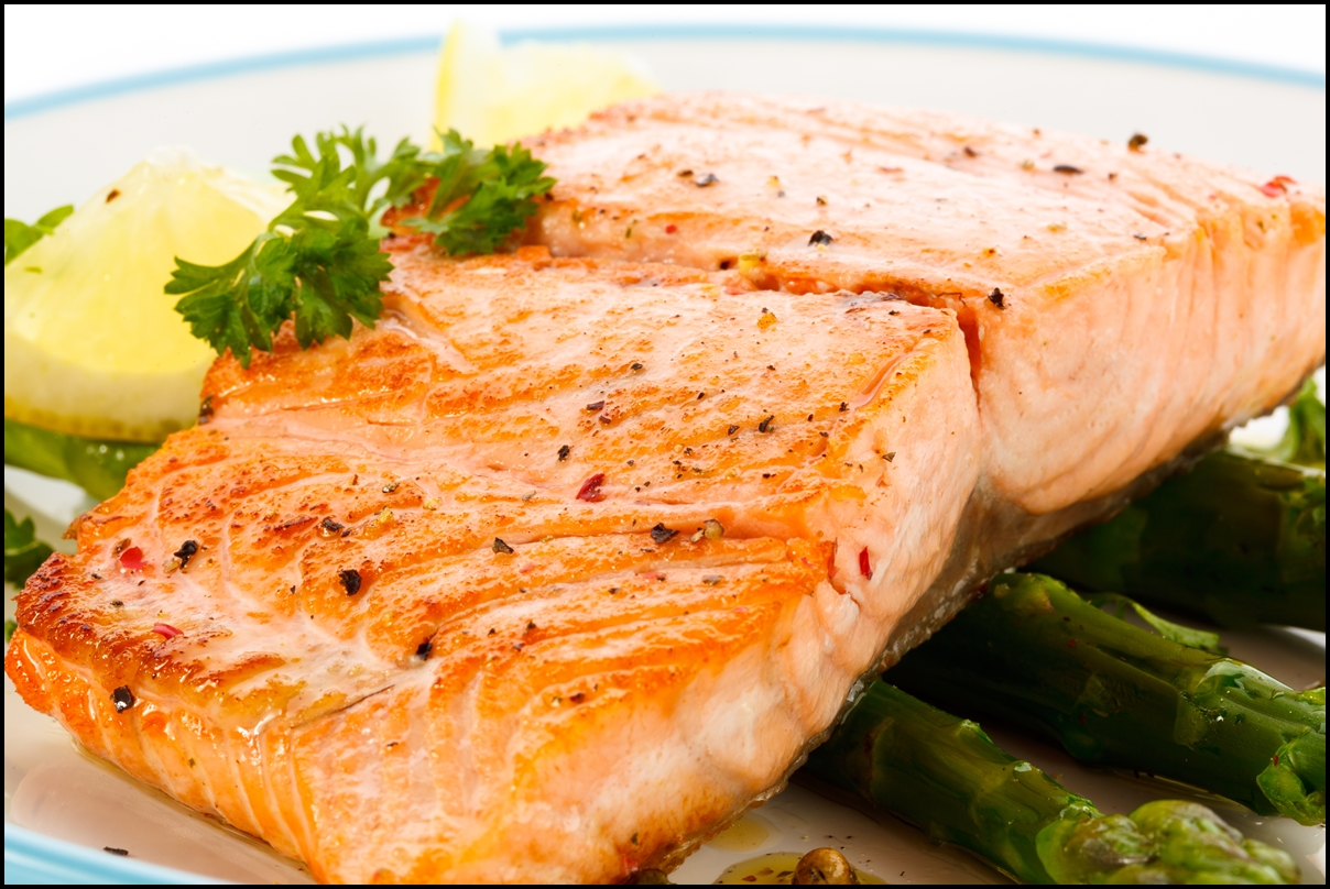 Grilled salmon with lemons and vegetables