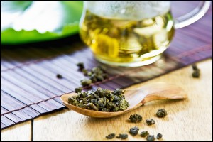 Hot Oolong Tea with Oolong leaf